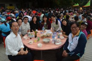 HKCF Chairlady Wendy Tsang, Director Huen Wong & Mrs. Wong, Advisers Lam Chiu Ying & Ng Cho Nam celebrating Chinese New Year with Hing Chun Yeuk villagers. 香港鄉郊基金主席曾韻雯、董事黄桂壎和夫人、顧問林超英和吳祖南,與慶春約村民共慶新春。
